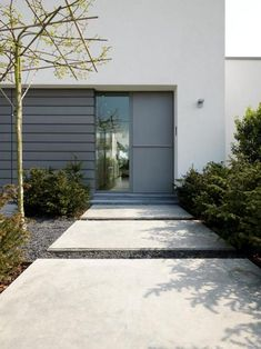 House in Rumst Belgium - big concrete stepping stones backyardpatio Backyard Patio, Backyard Landscaping, Modern Entrance Door, Concrete Stepping Stones, Modern Landscaping, Back Gardens, Garden Styles, Tulum, Garden Paths
