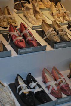via Bath Fashion museum Estilo Fashion, Moda Fashion, Vintage Shoes, Vintage Outfits, Vintage Fashion, Historical Costume, Historical Clothing, Victorian Shoes, Old Shoes