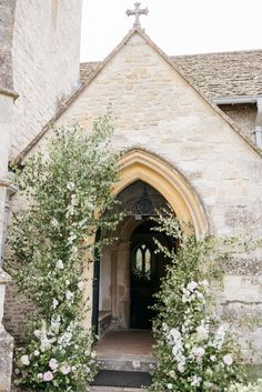 countryside wedding: lovely floral arche for the church entrance Arco Floral, Floral Arch, Wedding Entrance, Chapel Wedding, Wedding Chapels, Church Wedding Flowers, Rustic Church Wedding, Church Wedding Decorations Rustic, Church Weddings