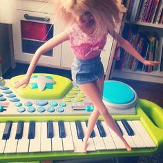 MADELMAN BLOG SHOW: Barbie pianista