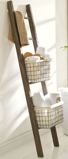DIY A good idea: hanging baskets on the stairs. It can be done with different types of baskets depending on the type of decoration.