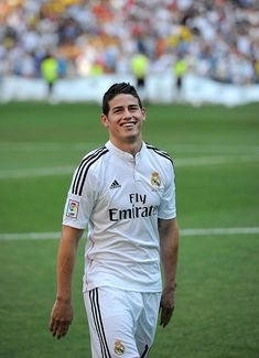3fef3a455 James Rodriguez smiles during his unveiling as a new Real Madrid.