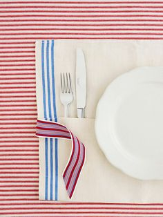 Make a festive all-in-one utensil holder from a dishtowel. Here's how: http://www.bhg.com/holidays/july-4th/crafts/patriotic-picnic-serving-ideas/?socsrc=bhgpin052012=10