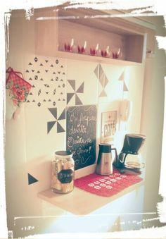 Decoração da cozinha com papel adesivo contact de papelaria (preto fosco). Muito barato e fica lindo... é só usar a criatividade. ;)