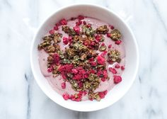 Rawghurt är en vegansk yoghurt medavokado som bas. Den blir riktigt krämig i konsistensen och kan smaksättas med olika typer av grönt, frukt och bär. Mättande och ett brasätt att få i sig...