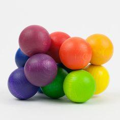 """Baby-Greifling mit großen, regenbogenfarbenen Holzkugeln Dieser Baby-Greifling ist ganz außergewöhnlich - wir haben bislang nichts Vergleichbares gefunden. Die griffigen, großen Holzkugeln mit einem Durchmesser von drei Zentimetern sind an einem robusten Gummiband fest miteinander verbunden. Das Baby kann die Kugeln nach Belieben verschieben - über-, unter- und nebeneinander. Die Kugeln selbst fassen sich sehr schön glatt und """"holzig"""" an. Es """"atmet"""" der Werkstoff gleichsam durch die…"""