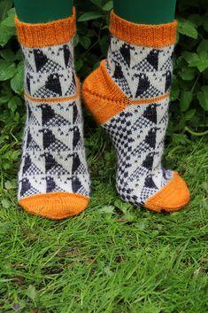 Christmas and birthday gift makes , socks for pigeon lovers. Ravelry: Fågel / Bird pattern by Anna Bergman Knitting Charts, Loom Knitting, Knitting Socks, Knitting Patterns, Crochet Patterns, Crochet Socks, Knitted Slippers, Knit Crochet, Mittens Pattern