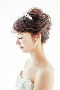 6fbe92ee2a923 ティアラをつけた可愛いブライダルヘアスタイルまとめ. ブライダルヘッドドレス花嫁ヘッドピースマリアージュ髪 ...