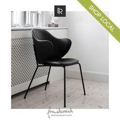 Eine Hommage an die dänischen Architekturbrüder Mogens und Flemming Lassen ist der gleichnamige Lassen Chair. Dieser kombiniert die Liebe der Brüder zu welligen und organischen Silhouetten gepaart mit präzisem, geometrischem Stil. Die organischen Formen des gepolsterten Sitzes bilden einen ausgewogenen Kontrast zu den simplen Linien des Stahlrahmens. Gefunden haben wir dieses gleichzeitig wellig und scharfe Design Highlight bei #freudenreich Partner @stil.leben in Feldkirch. Feldkirch, Partner, Eames, Concept, Chair, Furniture, Home Decor, Organic Shapes, Steel Frame
