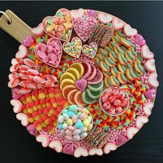 I love seeing everyone joining in on the dessert/candy board train. Let's make this a thing! I mean, the upcoming Halloween possibilities… fernsehabend geburtstag herzhaft opskrifter zum wein Party Food Platters, Party Trays, Food Trays, Bar A Bonbon, Candy Board, Dessert Platter, Charcuterie And Cheese Board, Valentines Day Food, Valentines Hearts