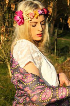 Hippie Haarband mit Blumen & Schal im Ethno-Look #haarband #blumen #blumenhaarband #blumenkranz #hippie #schal #tuch #ethno #aztekenmuster #aztec #boho #indie Hello Spring, Hippie Boho, Indie, Fashion, Floral Wreath, Moda, La Mode, Hippie Bohemian, Fasion