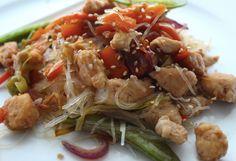 Idealne chińskie danie z makaronu z fasolki mung, kurczaka i warzyw.