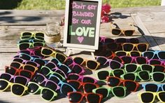 Sonnenbrillen mit bunten Rahmen als Gastgeschenke