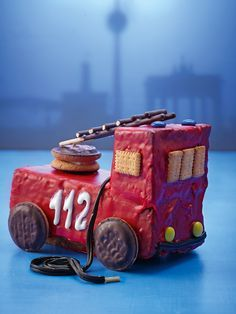 Feuerwehrauto Coche del Departamento de Bomberos & Sugar Sweet Fire Department Car Shape Box The post coche de bomberos appeared first on Gasmen. Sugar Candy, Food Humor, Cakes And More, Boy Birthday, Food Art, Kids Meals, Cupcake Cakes, Activities For Kids, Good Food
