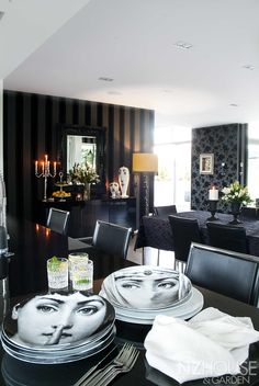 Black and white dining room Black And White Dining Room, Garden News, Dining Room Furniture, Dining Rooms, Interior Decorating, Interior Design, Dining Room Inspiration, Black House, Beautiful Homes