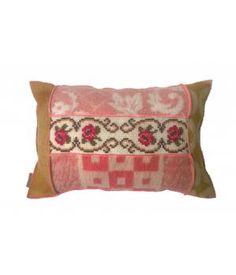 Kussen bekleed met retro wollen dekens in roze/ rood/ oker kleuren  en een retro borduurwerk. De afmeting van dit kussen is 45-65 cm. Inclusief stevig binnenkussen. Zie ook mijn andere advertenties, voor bijpassende kussens en plaids.