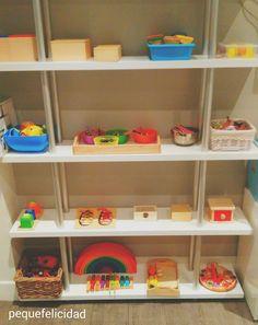 Hoy vengo con uno de las temas claves sobre el Método Montessori; El ambiente preparado.  El niño aprende a través del  ambiente que l...