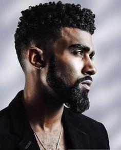 Boucles avec une barbe Coiffures pour hommes noires