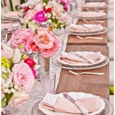 So completely perfect. Another great inspiration from E. Merritt. Wooden tables, glass jars, low centerpieces with seasonal flowers. Yes.