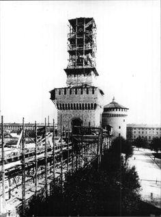 Il castello sforzesco durante i lavori di ripristino diretti da Luca Beltrami. La torre del Filarete in costruzione e vista verso la torre del Carmine.   http://milanoarte.net/it/visite-guidate-a-milano/