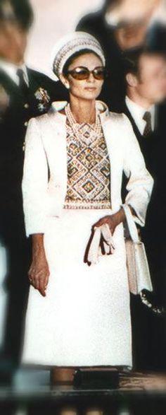 Empress Farah Pahlavi, celebraciones 2500 aniversario de Persépolis en 1971. Todo un despliegue de glamour de Farah vestida por KEYVAN KHOSROVANI ( siempre utilizando tejidos y bordados iraníes) y de kitch en las celebraciones.http://www.keyvan-khosrovani.com.