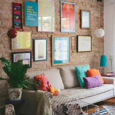 A house that combines rustic textures like exposed bricks with lots of amazing colors and textiles. (in Portuguese)