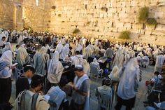 Yom Kipur draait om vergeving van God voor zonden van het afgelopen jaar. Na 25 uur vasten - de mond mag ook niet worden gespoeld met water - en bidden in de Synagoge beslist hij over het lot van mensen voor het komend jaar. Als symbool voor onschuld wordt vooral witte kleding gedragen.