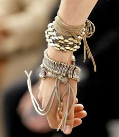 Neutral and metallic bracelets ~ Roberto Cavalli Hippie Style, Ethno Style, Bohemian Style, Funky Style, Basic Style, Boho Gypsy, Hippie Boho, Cute Fashion, Look Fashion