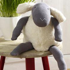Hier finden Sie die Anleitung zu dem Schmuseschaf als kostenlosen Download. Es bedarf nur ein wenig Geschick und im Nu ist das Schaf ist fertig!