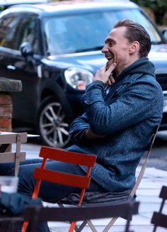 Tom Hiddleston enjoys an al fresco lunch with friends in London despite the cold temperatures on January 5, 2017. Source: Torrilla. Full size image: http://ww4.sinaimg.cn/large/6e14d388ly1fbjk2bpq4dj22nn1roe81.jpg