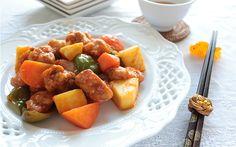 Sote sebzelerle harmanlanan ekşi soslu tavuk tarifi, kendine has bir tadı olmayan fileto tavuk göğsüne olabildiğince aromalı bir tat katıyor.