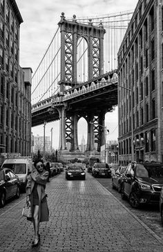 Woman by Manhattan Bridge Poster New York Poster, City Poster, Nyc Subway, Images Vintage, Photo Vintage, Photo Pop Art, Photographie New York, Desenio Posters, Photo New