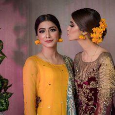 simple flower earrings and hair accessory Bridal Mehndi Dresses, Pakistani Wedding Dresses, Pakistani Bridal, Indian Dresses, Indian Suits, Bridal Outfits, Indian Wear, Mehndi Hairstyles, Bride Hairstyles