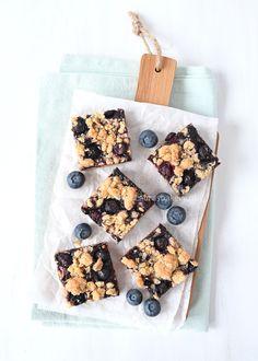 Blauwe bessen-havermout kruimelrepen - Laura's Bakery