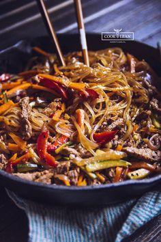 Chow mein z makaronem ryżowym - Cook it Lean - sprawdzone paleo przepisy Chow Mein, Asian Recipes, Healthy Recipes, China Food, Love Food, Dinner Recipes, Food And Drink, Pasta, Cooking Recipes