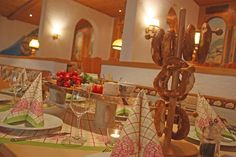 Brotzeit im bayerischen Restaurant Alter Bob Heiraten in Bayern, Hochzeit in den Bergen von Garmisch-Partenkirchen, Riessersee Hotel - getting married in Bavaria, Bavarian style wedding, dunkelblau und bunte Wiesenblumen