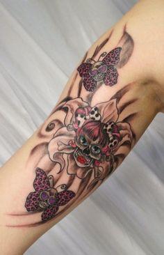 tatuagens femininas no braço caveiras com flores e borboletas