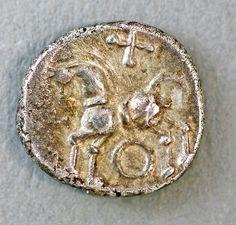 Um tesouro de 293 moedas celtas de prata foi descoberto em Fullinsdorf, no cantão da Basileia, ao noroeste da Suíça.   Primeiro foram algumas moedas apenas mal enterradas a poucos centímetros do solo.  Elas foram encontradas por um homem comum que trabalhava como olheiro de um sítio arqueológico.  Depois, tendo alertado a equipe responsável pelo sítio, foram descobertas mais moedas, quase trezentas ao todo, espalhadas por uma área de 50m², todas bem próximas à superfície.