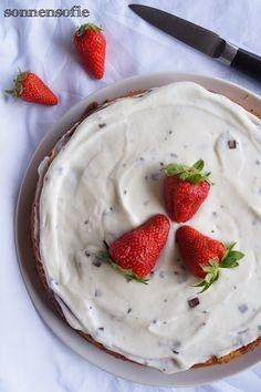 Kuhflecken Biskuit mit Stracciatella Creme und Erdbeeren