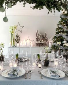 Good morning Sharing my tablesetting last Christmas Eve . White Christmas, Last Christmas, Christmas Scenes, Christmas Ideas, Make A Gingerbread House, Gingerbread Decorations, Christmas Tree Decorations, Table Decorations, Christmas Table Settings