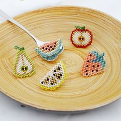 Assortment of Pin Fruit Slices in Miyuki Pearl Weaving - Ideas & Thoughts Seed Bead Tutorials, Seed Bead Patterns, Beaded Jewelry Patterns, Beading Tutorials, Beading Patterns, Embroidery Patterns, Seed Bead Crafts, Beaded Crafts, Miyuki Beads