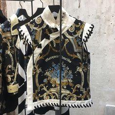 No re-see da @marques_almeida  a coleção inspirada nos anos 90 e início dos 2000. Uma mistura de grunge e punk com a indumentária chinesa. Lindos os tops de jacquard com gola mao e as jaquetas que misturam print animal com os florais orientais. Destaque para os sapatos-desejo uma mistura de coturno com bota cowboy e as bolsas com correntes largas de resina. (Via: @lucasboccalao @susanabarbosa e @anagarmendia )  via ELLE BRASIL MAGAZINE OFFICIAL INSTAGRAM - Fashion Campaigns  Haute Couture…