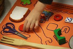 home made shape puzzle... such a simple yet cool idea! Aprender la colocación de los utensilios en la mesa