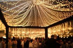 Decoração de casamento com luzinhas no teto. Foto: Ana Souza.