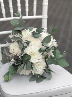 Winterlicher Brautstrauß in Weiß und Grün mit Rosen, Dahlien und Eukalyptus-Blätternvon weddingstyle.de