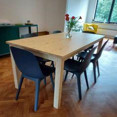 """Henry's House op Instagram: """"Eenvoudig grenen staat heel mooi in de juiste omgeving, zeker gecombineerd met deze diep blauwe stoelen. #hout #grenen #tafel #maatwerk…"""" Diep, Dining Table, House, Furniture, Instagram, Home Decor, Decoration Home, Home, Room Decor"""