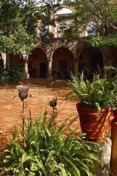 Mexican Patio, Mexican Garden, Mexican Hacienda, Mexican Home Decor, Hacienda Style, Spanish Colonial Homes, Spanish Bungalow, Colonial Kitchen, British Colonial