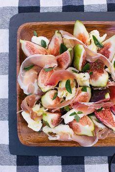 Lavar la rucula y secarla bien. Lavar los higos y cortarlos en 4 con la piel. Lavar las hojas de albahaca y cortarlas con una tijera en 4. Sacar la grasa del jamón crudo y con la mano cortarlo en pedazo de 2-3 cm. Cortar el parmesano en laminas finitas. Para los tomates secos : …