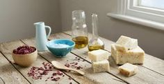 Evde yapımı kolay doğal sabun tarifleriyle, kendi ellerinizle yapacağınız misler gibi ev yapımı sabunların tadını çıkarın, faydalarından bol bol yararlanın.