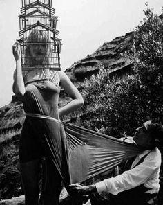 salvador-dali-dadadali-Lotte Tarp-Werner-Bokelberg-naked-model-with-head-in-birdcage
